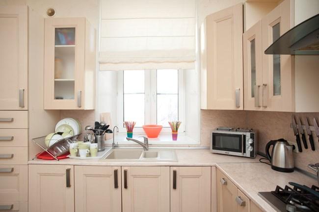 Бытовые приборы и посуда на кухне в хостеле Европа