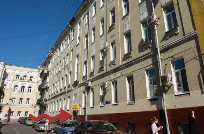 Хостел Наполеон в Малом Златоустинском переулоке в Москве, главный вход