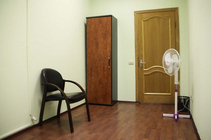 Хостел Orange Hostel на Новой Басманной в Москве, стул и шкаф в комнате