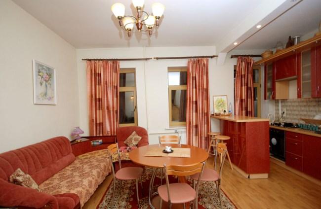 Комната отдыха и кухня  в Yellow Blue Bus Hostel