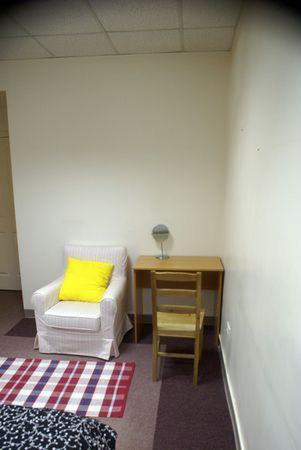 Хостел Новый Арбат на Большой Молчановке, стол и кресло в однойместной комнате