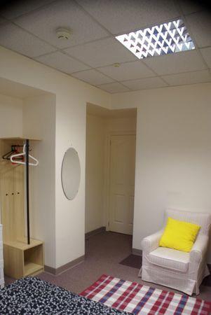 Хостел Новый Арбат на Большой Молчановке, шкаф и кресло в однойместной комнате