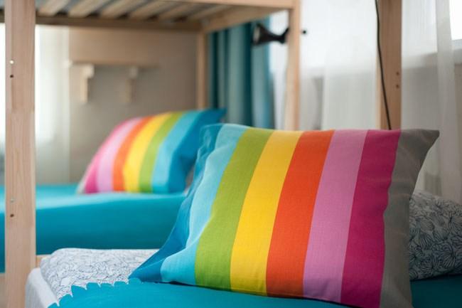 Двенадцатиместный номер в хостеле Европа, подушки