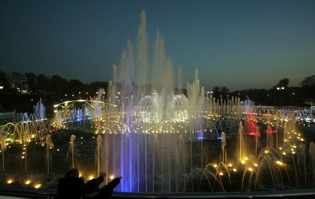 Ночной вид светомузыкального фонтана в Царицыно