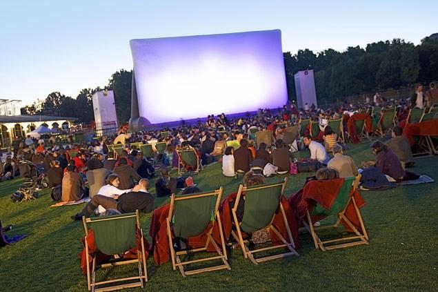 Летний кинотеатр в саду  «Эрмитаж»